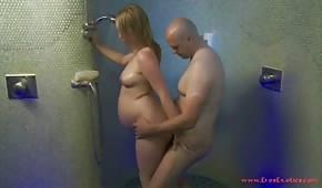 Cierra a la chica embarazada en la ducha