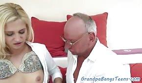 El viejo se folla a una joven rubia