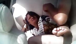 Pies frescos de una dama follada en el auto