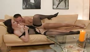 Sexo divino con un lirio natural en el sofá
