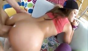 Un pene pegado entre las nalgas del estudiante.