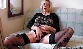 Una anciana se masturba en el sofá
