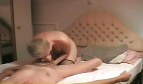 La rubia madre deleita a su abuelo con la boca.