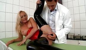 Doc juega con el agujero anal del paciente