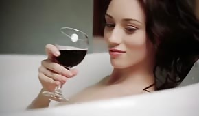 Polluelo bebe vino y caricias mientras se baña