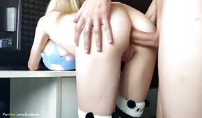Sexo anal con una chica pálida en el estrado