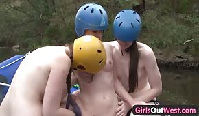 Tres lesbianas se divierten en un kayak