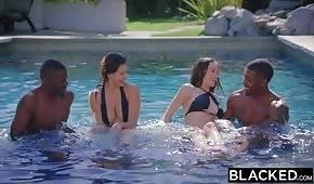 Jugando en la piscina con morenas porno
