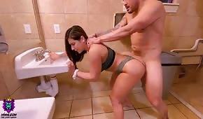 Un número en el baño con una chica caliente