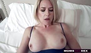 Sexo dulce con mami de silicona