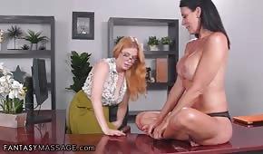 Chicas calientes se divierten en la oficina