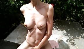Chica desnuda está bien al aire libre
