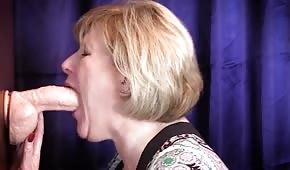 La mujer madura se atraganta con una polla de goma