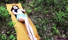 Bella dama se masturba suavemente al aire libre