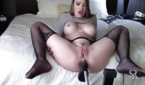 La máquina del sexo le penetra el culo