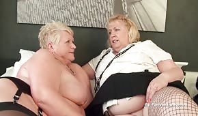 Lesbianas gordas y maduras acarician sus pepitas