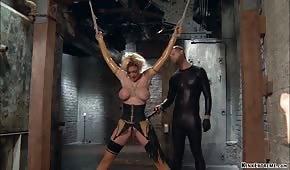 Porno anal con rubia atada