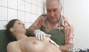 Una jovencita tirando una polla en el hospital