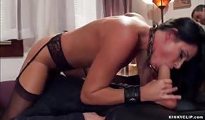 Ella hace lo que quiere con una estrella porno madura