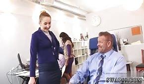 Chicas geniales están tirando pollas en la oficina