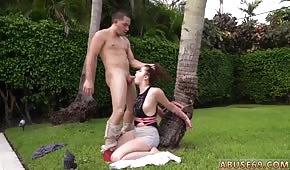 Empuja su polla en la boca de su amiga debajo de la palmera