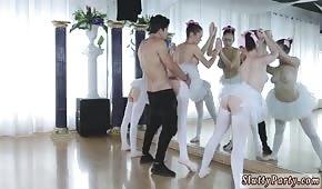 Sopló a tres bailarinas frente a un espejo