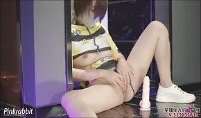 Mujer china le da una palmada en el culo durante el sexo