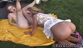 Perras jóvenes juegan en la manta
