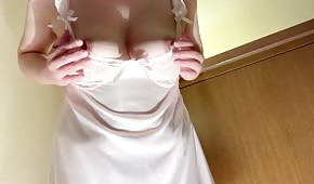 Chica tetona en camisón