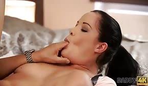 Morena se chupa el dedo gordo del pie durante el sexo