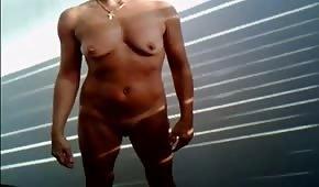 Amateur desnuda se masturba en un stand