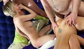 Chicas follando delante de un hombre