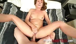 Mami pelirroja chupa una polla larga antes del sexo