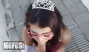 Princesa chupa una polla antes de tener sexo