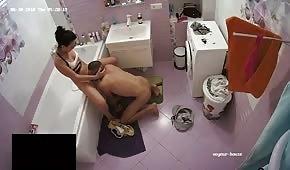 Una perra está haciendo una mamada en el baño