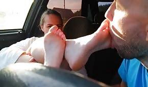Besó los pies de la joven