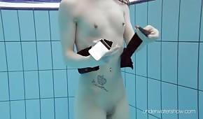 La muñeca pelirroja nada bajo el agua.