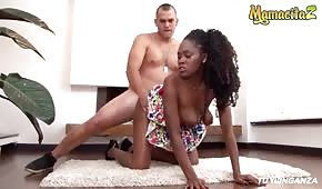 Sexo en la alfombra con una linda negra
