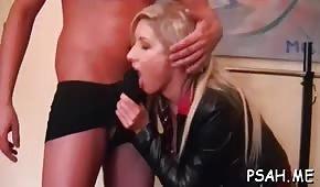 Sexo en el gimnasio en casa con cupcakes rubios