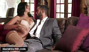 Sexo en un sofá de cuero con una latina