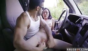 Juega con su estrecho coño en el coche