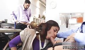 Sexo grupal en la oficina con una árabe